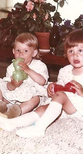 Kauniit ja täydelliset. Vasemmalla rakas sisko. Kuva lienee napattu vuonna 1966.