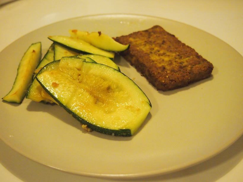Tofupihvin kanssa söin kotimaista kesäkurpitsaa. Paistoin kurpitsan viivpaleet oliiviöljyssä ja valkosipulissa. Lisäsin hieman suolaa. Herkullista.