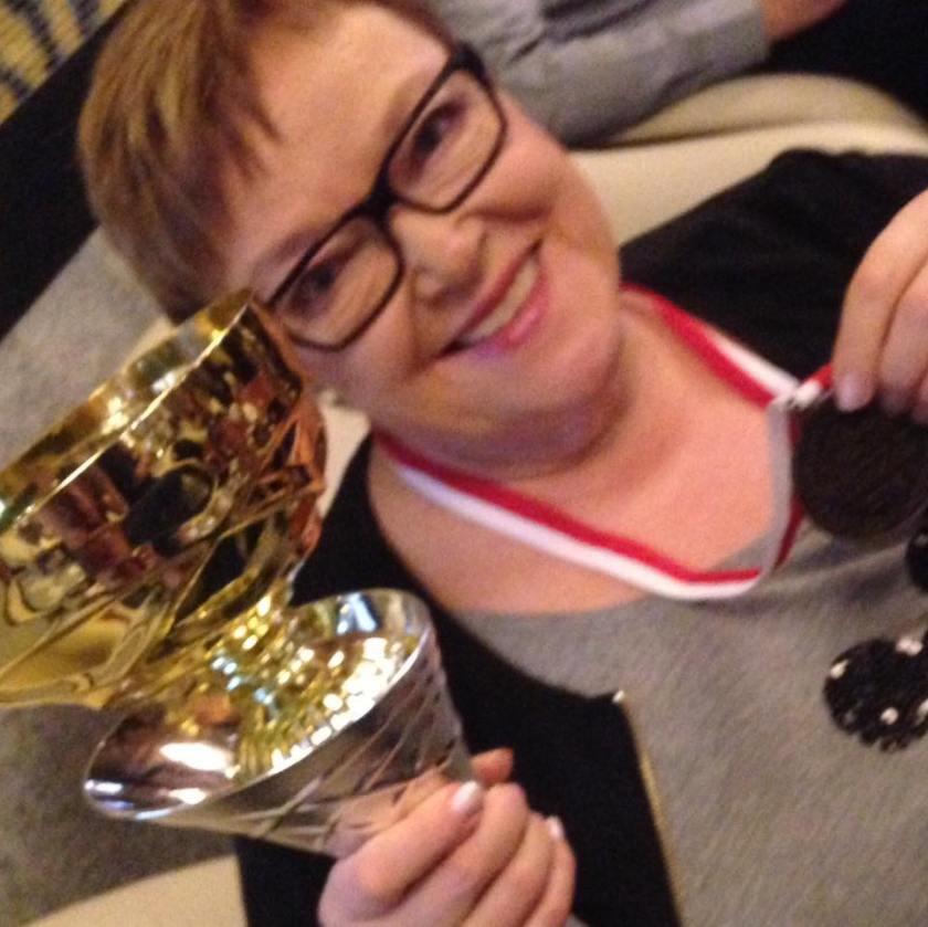 Kultamitalityttö! Ritva Enäkoski voitti viikonloppuna kultaa Puolassa tanssimalla Marco Bjurströmin vetämässä tanssiryhmässä. Ihminen yltää Ritvan mukaan yllättäviin suorituksiin, kun on motivoitunut ja treenaa.
